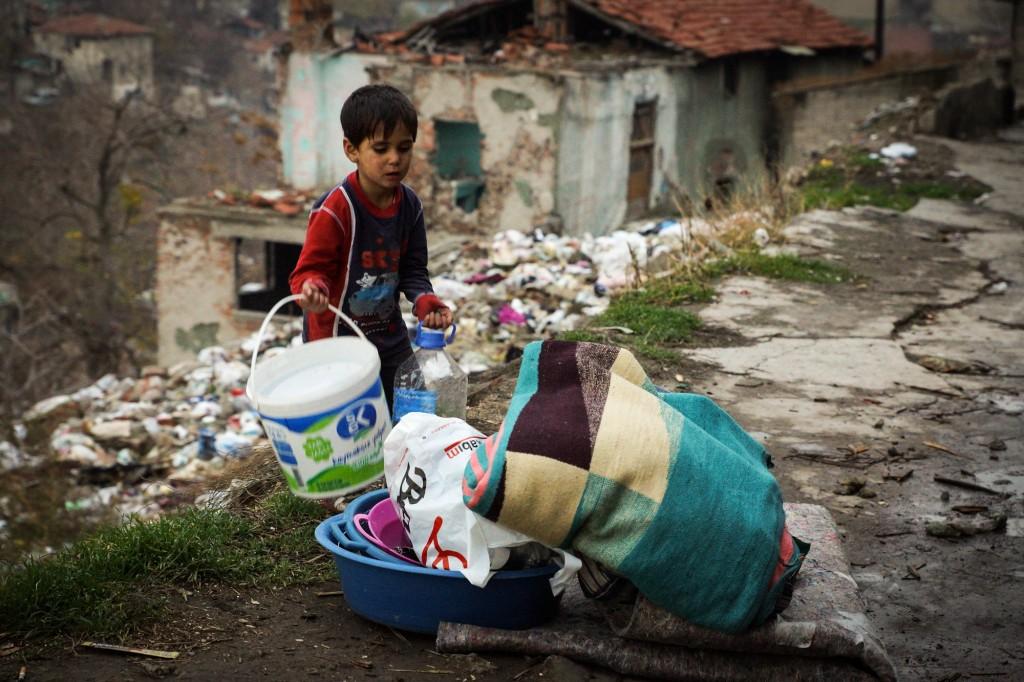 Dětem se nedostává vzdělání, přes den často žebrají s rodiči na ulici. Foto: Doğu Eroğlu
