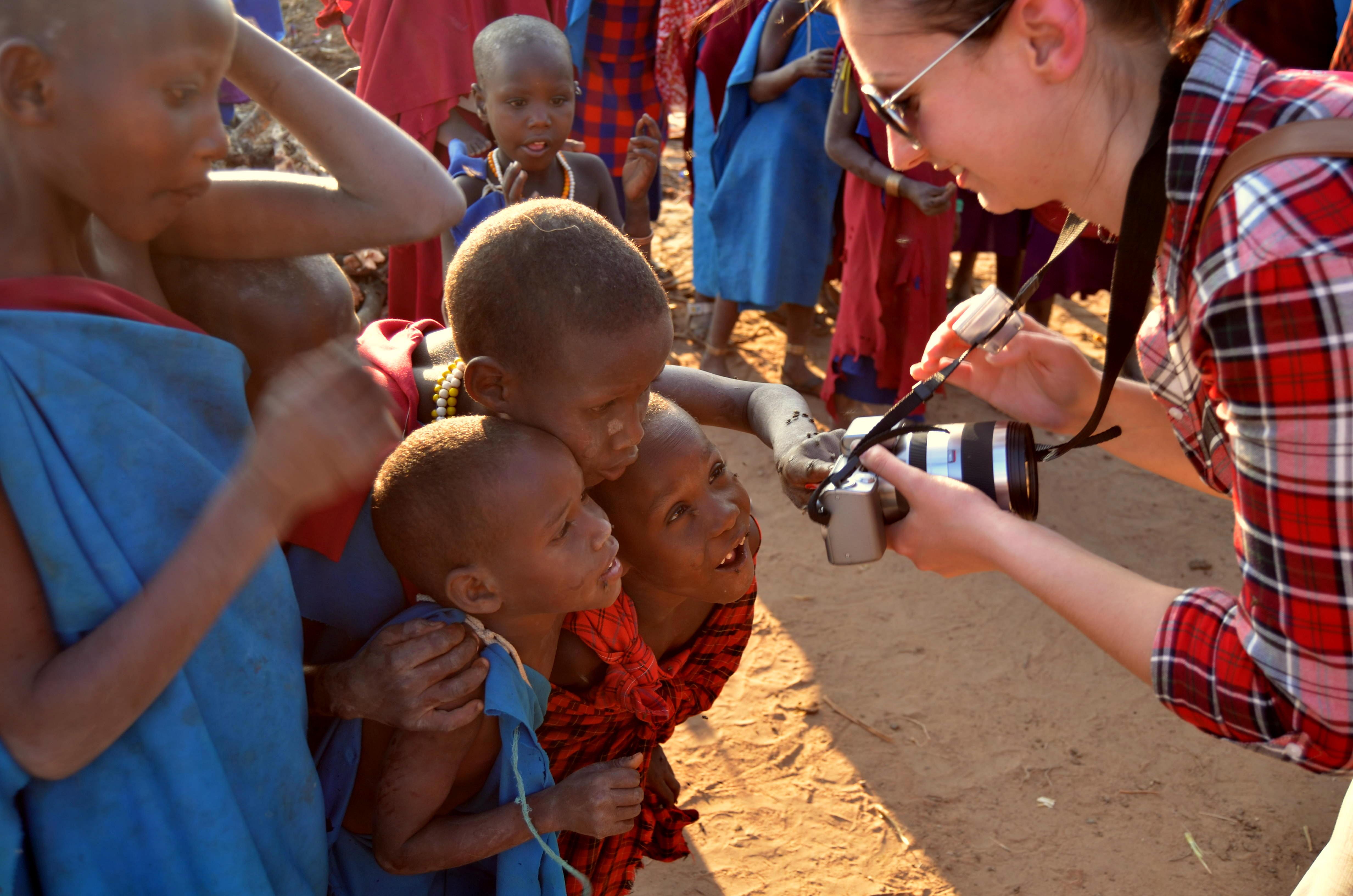 Masajské děti jsou z fotoaparátu nadšené. Hledají se v něm a povykují na své sourozence.