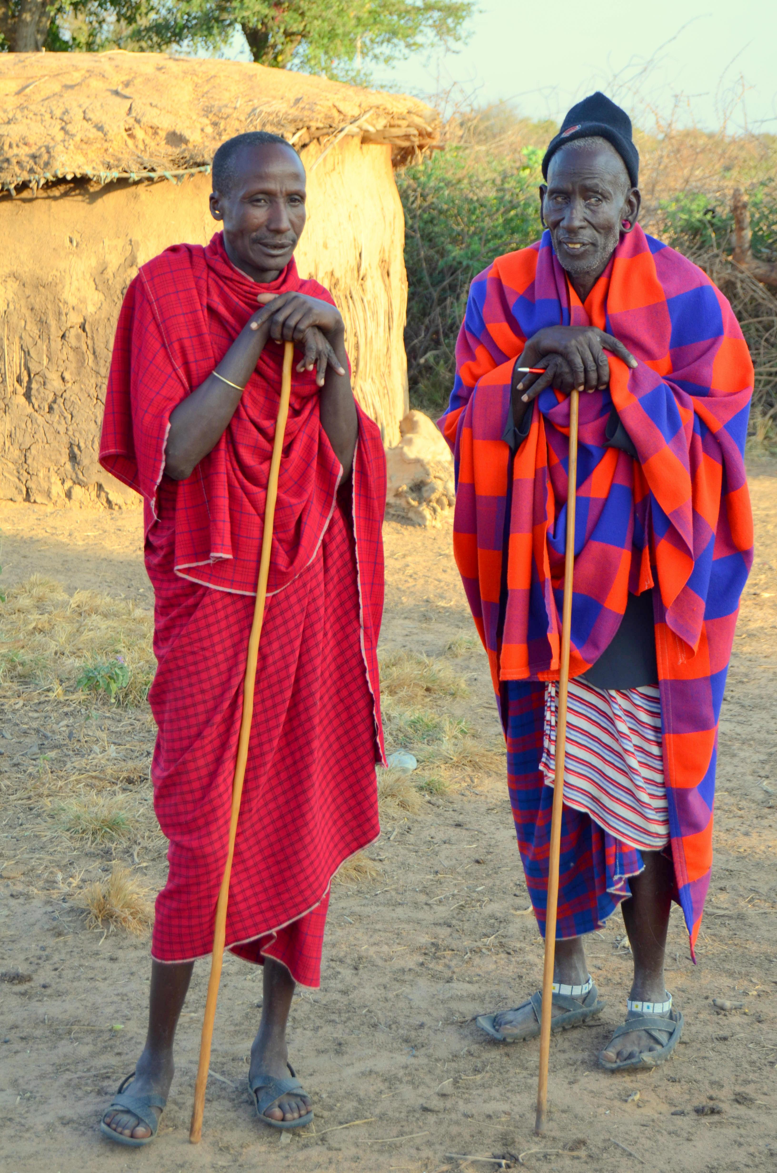 Bojovníci Morani. Vpravo otec kmene s jedním ze svých synů.