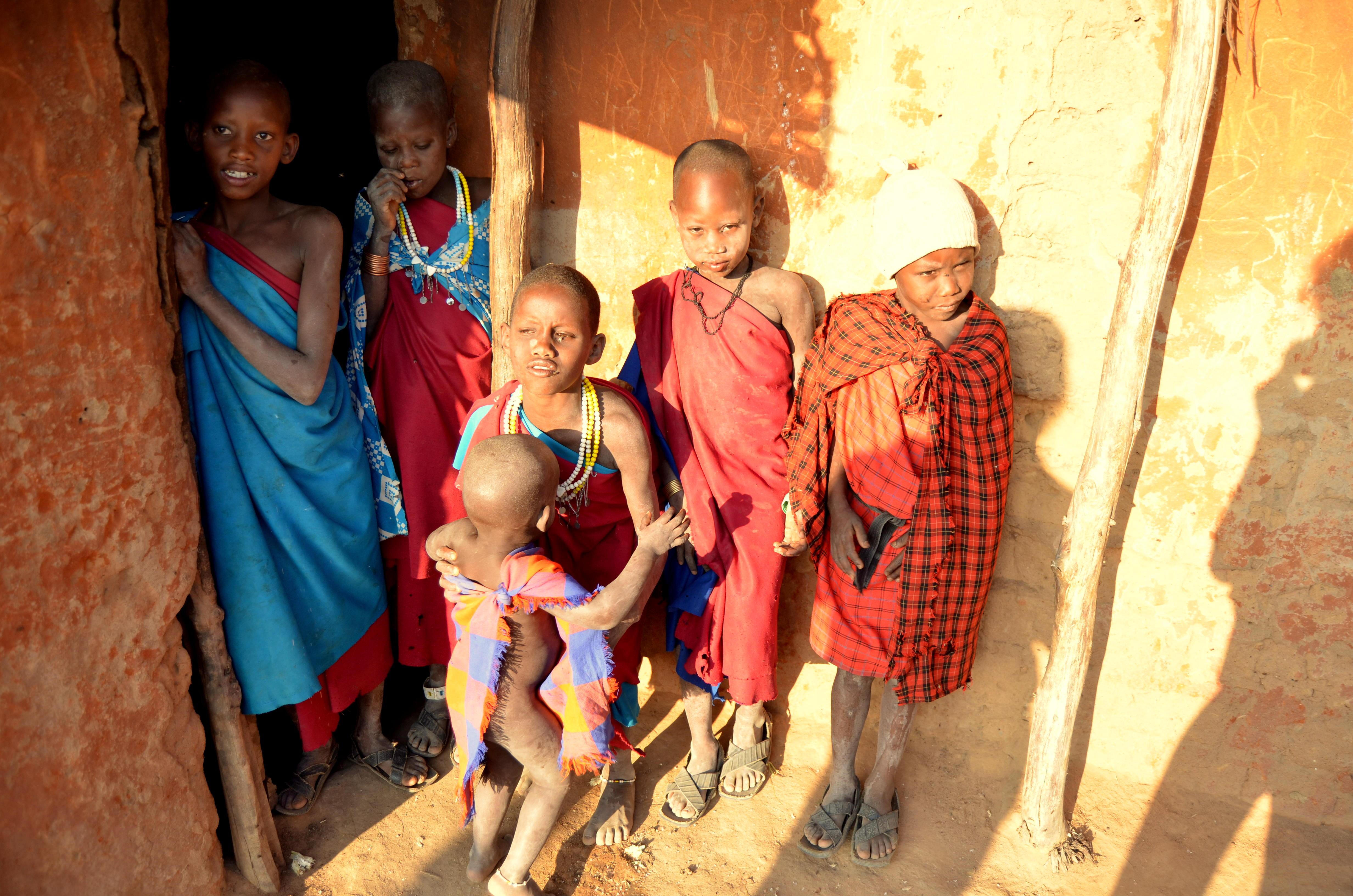 Masajské děti pózují u obydlí.