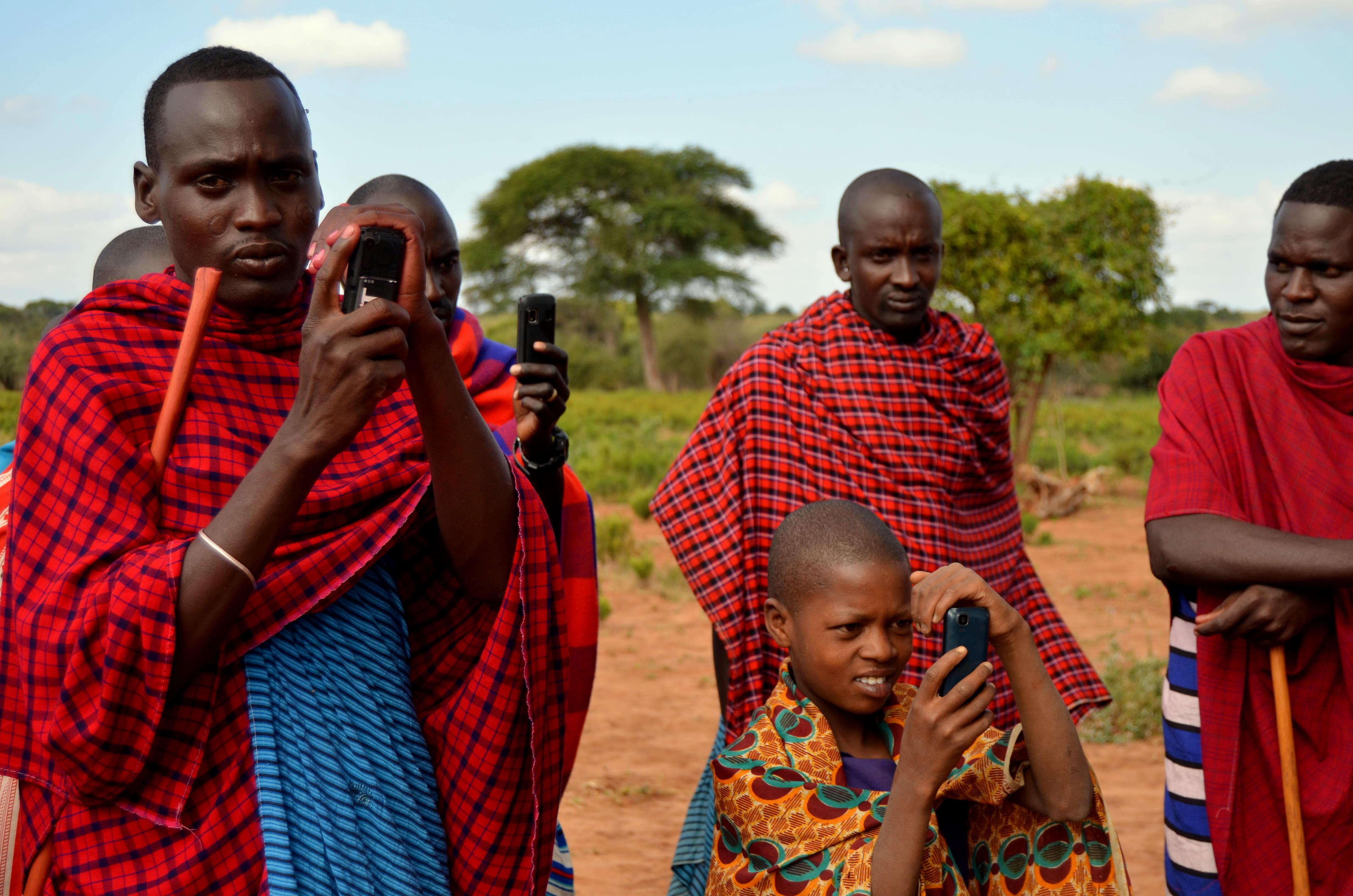 Fotografové. Masajové sice žijí tradičně, ale mobily jsou součástí jejich každodenního života.