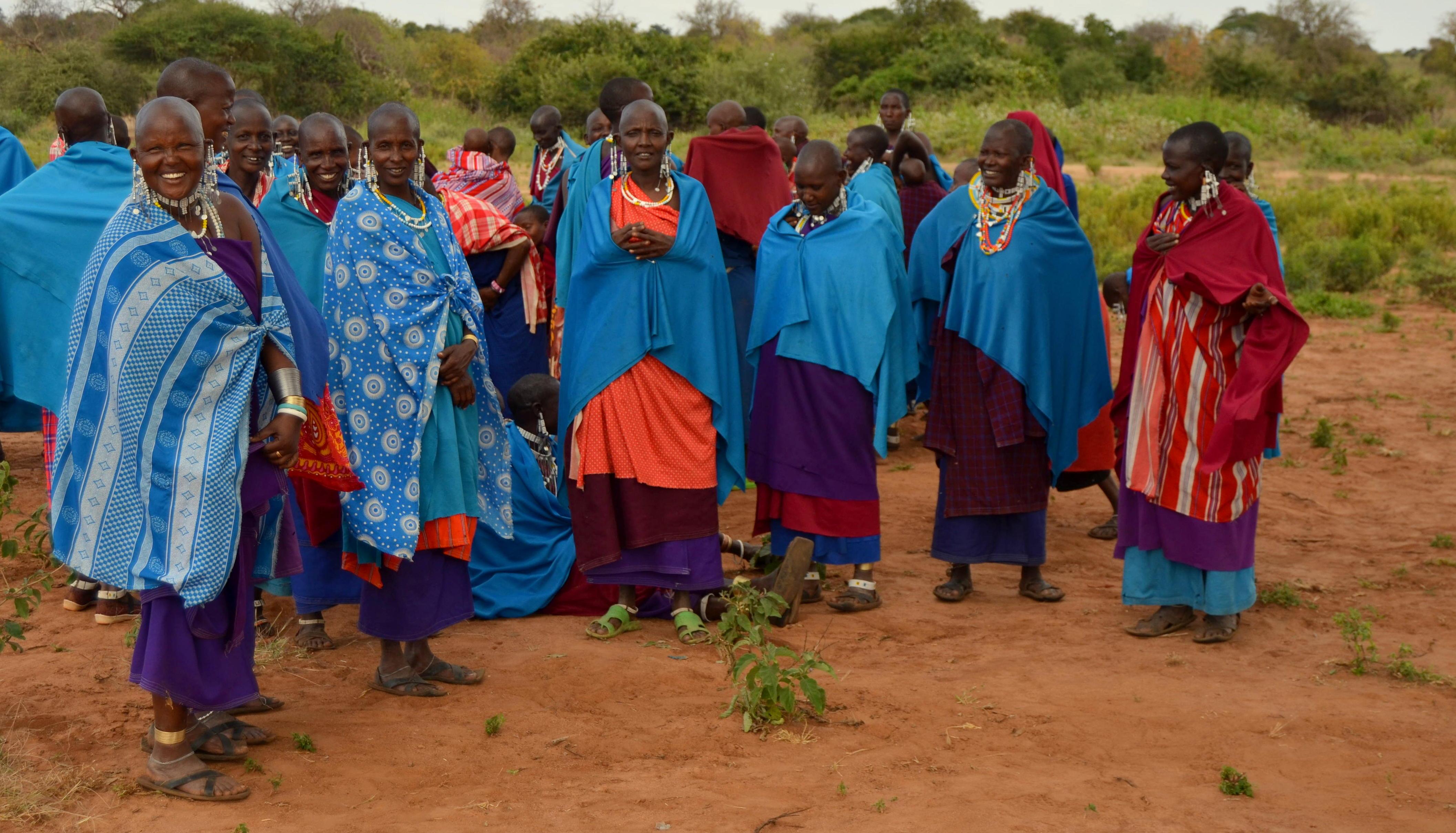 Masajky si tradičně holí hlavu a zdobí se bohatou bižuterií, kterou si vyrábějí samy nebo kupují na masajských trzích.