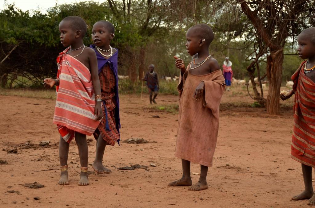 Spoře oblečené děti se občas přidávaly k tancům anebo pobíhaly nevázaně kolem.