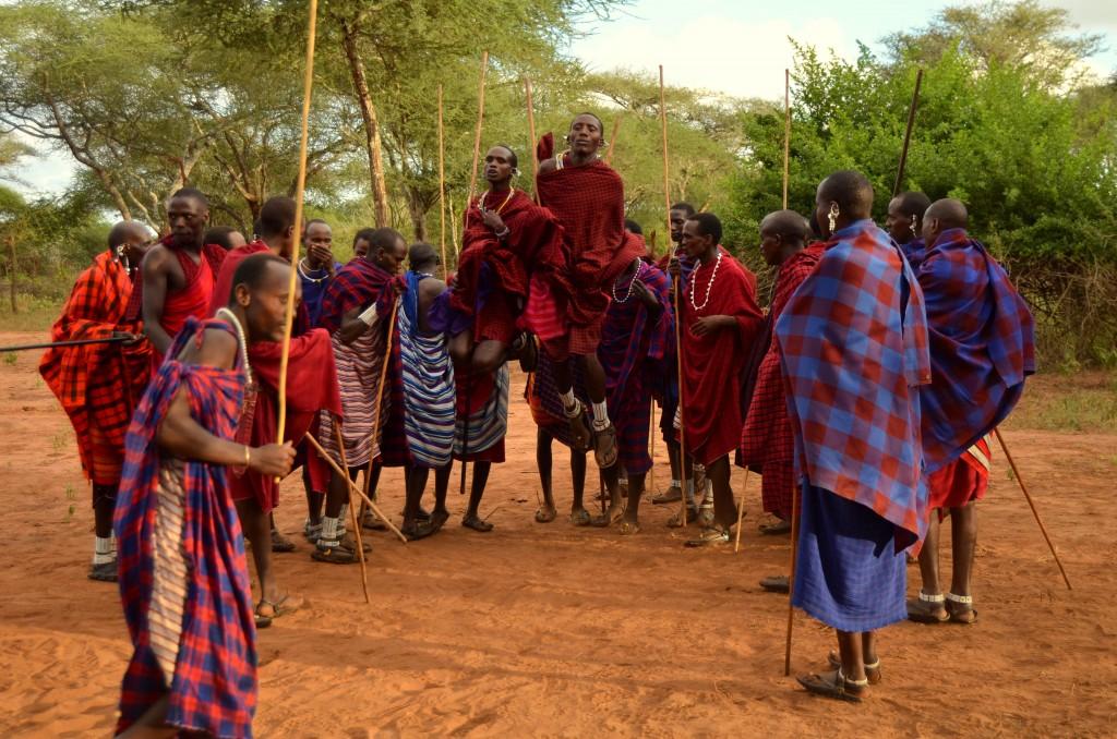 Za masajské výskoky by se nemuseli stydět ani nejlepší atleti světa.