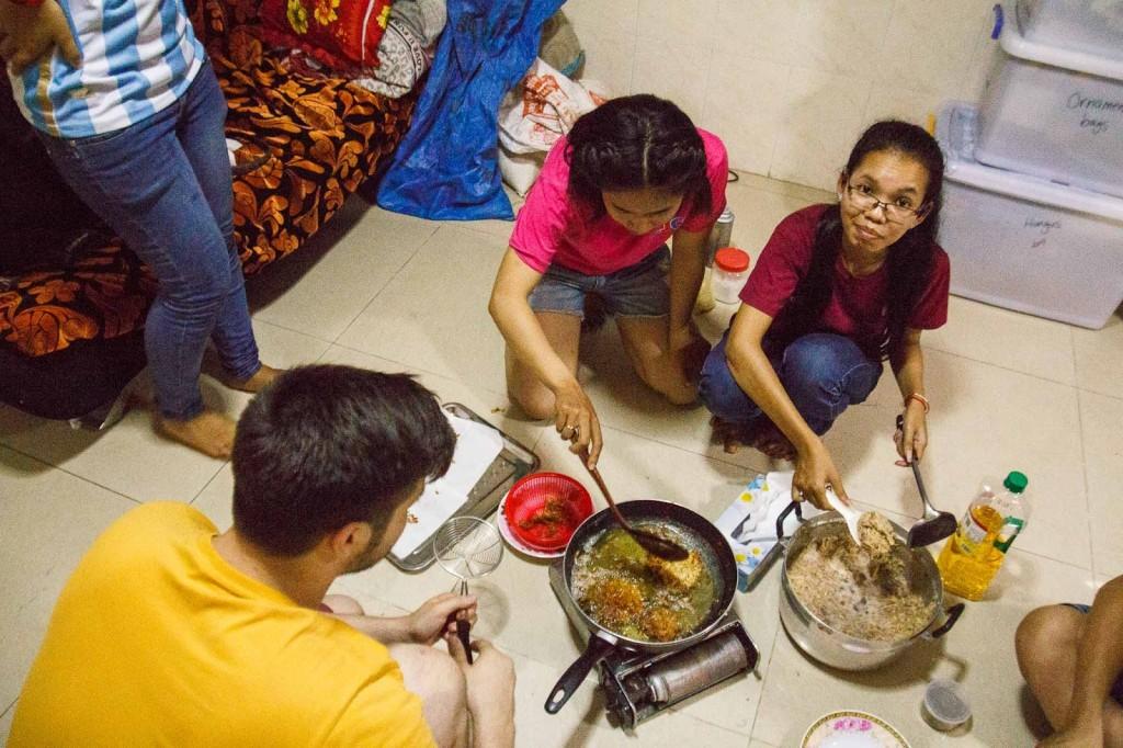 Byty nemají místní příliš vybavené. Když chtějí vařit, hodí vše na zem a dají se do díla. Foto: Tomáš Niederle