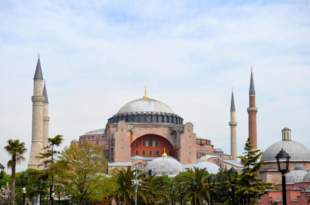 Majestátní katedrála Hagia Sofia láká k návštěvě už z dálky.