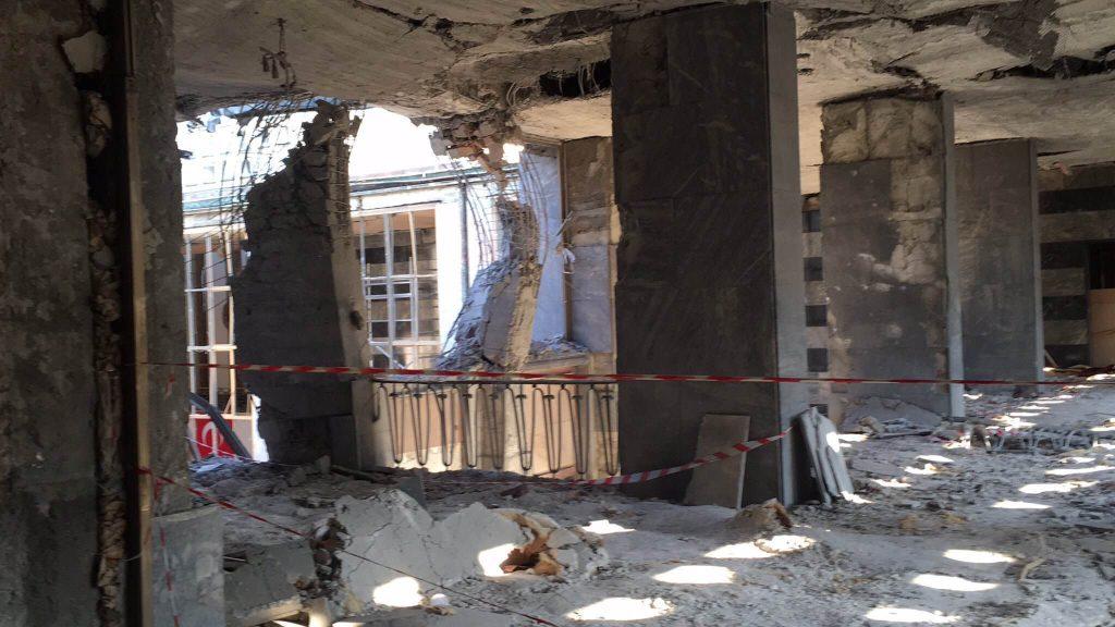 Poničená budova tureckého parlamentu po pátečním pokusu o puč.