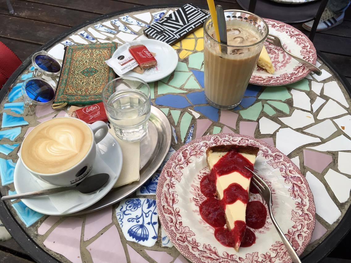 A po obědě? Sladká tečka, ne asi. Café La Fée, nejvíc mňam cheesecake a odpolední cappuccino.