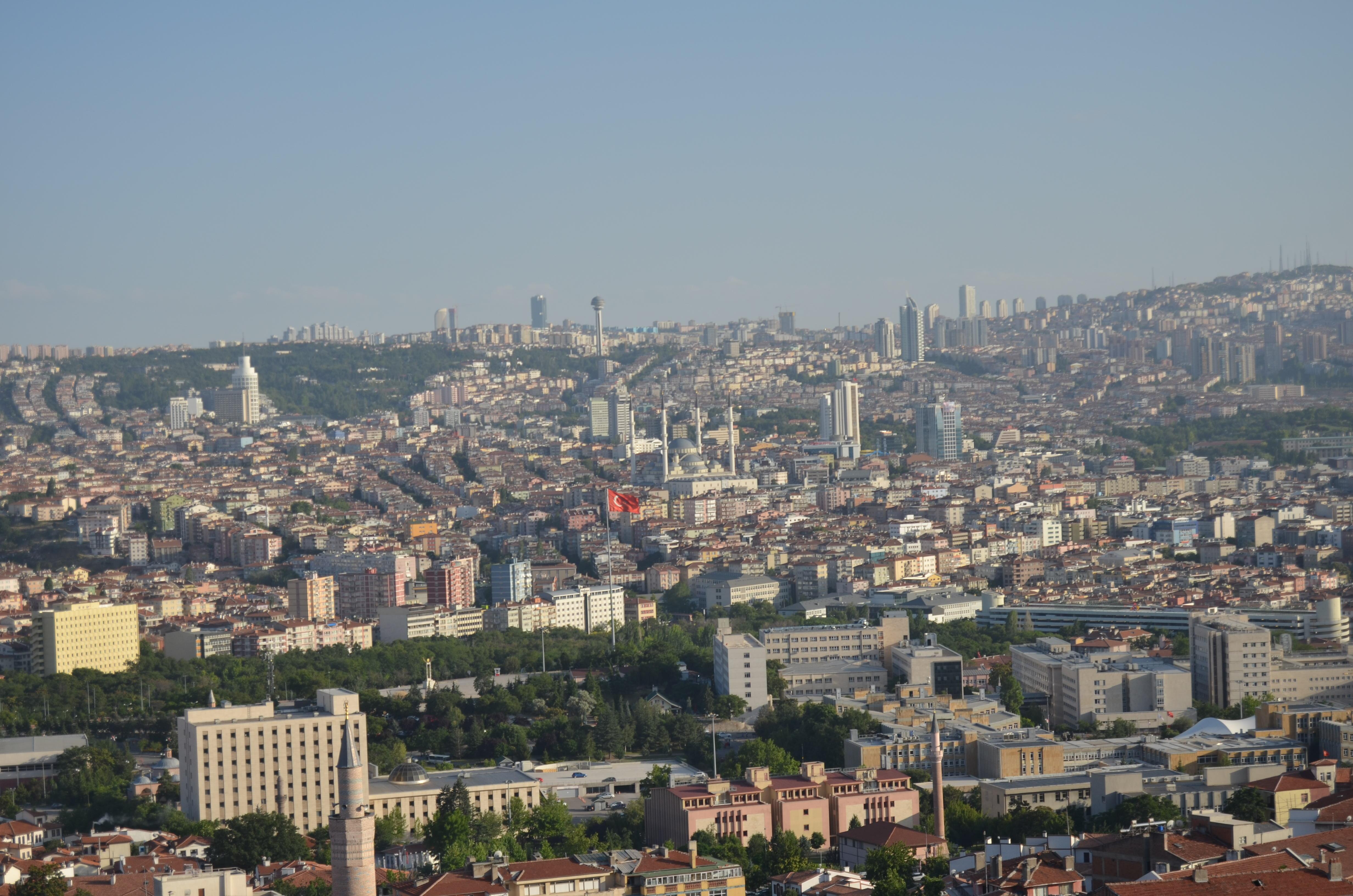 """Ankara je obrovské město s téměř pěti miliony obyvatel. Hrad na vyvýšeném území města, odkud je pořízený tento snímek, je jednou z mála místních atrakcí. I sem už ale moc lidí nezavítá. """"Turisté? Můžu klidně říci, že je jich o sto procent méně,"""" odpovídá na dotaz majitel obchodu se suvenýry pod hradem."""