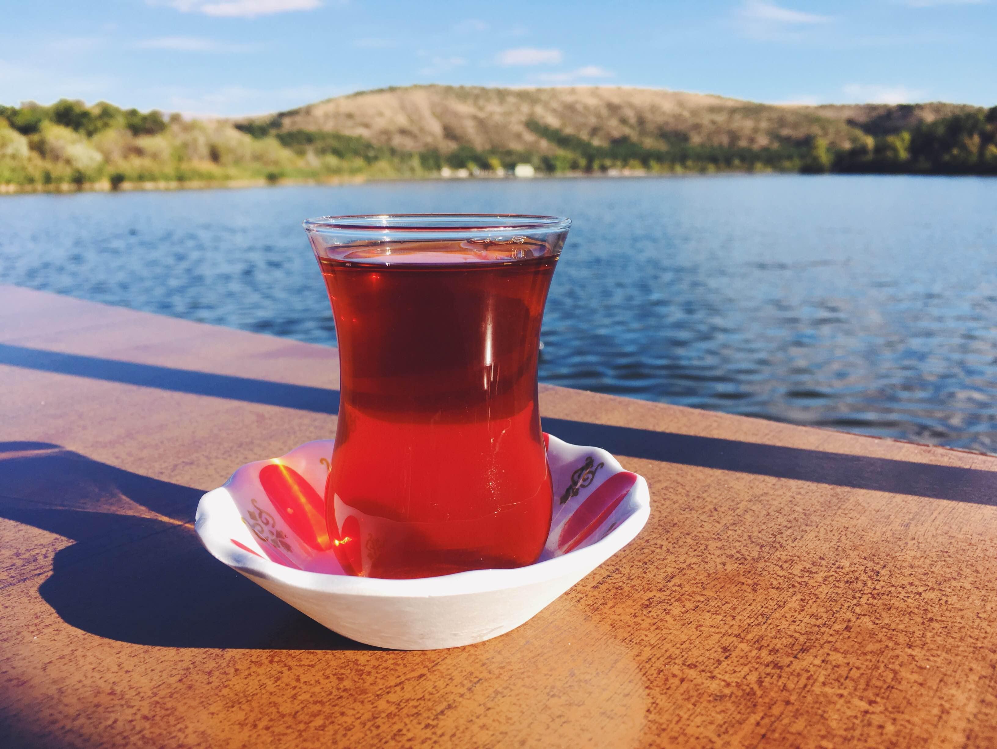 Turecký čaj v typické skleničce. Připravuje se ve dvou speciálních na sebe položených konvicích, kdy v horní se vaří sypaný čaj (pocházející z oblasti Rize u Černého moře v Turecku) a ve spodní voda. Po uvaření se do skleničky nejprve nalije čajová esence (podle toho, jak silný čaj chcete) a ta se zalije vařící vodou.