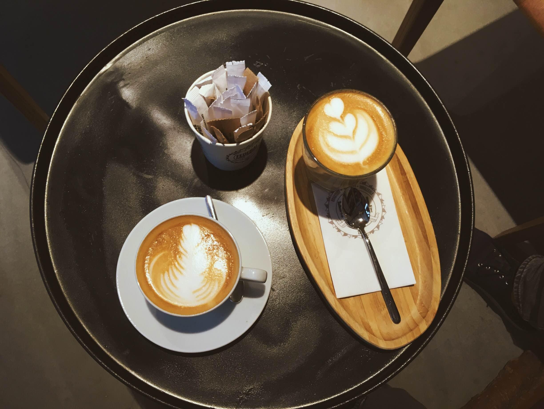 A káva, jak jinak. Tentokrát v nově otevřené Federal Coffee Company, která je jako jedna z mála místních kaváren velmi prostorná a láká tak na nerušenou práci a vynikající kávu.