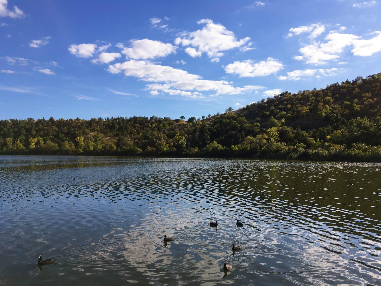 Hurá do přírody. Jezero Eymir je jedním z mála zelených (a modrých) zákoutí v Ankaře, míří proto za ním spousta místních, utíkajících od výparů z centra města. I tak jsme ale při posezení u tureckého čaje mohli nasávat klidnou atmosféru a kochat se výhledy.
