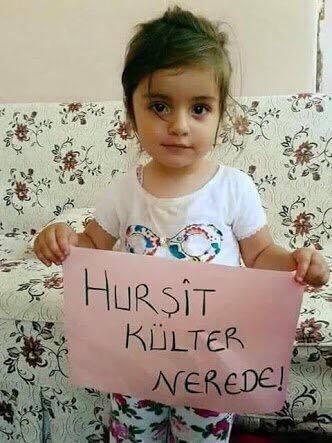 """Külterova dcera drží papír s nápisem """"Kde je Hursit Külter"""""""