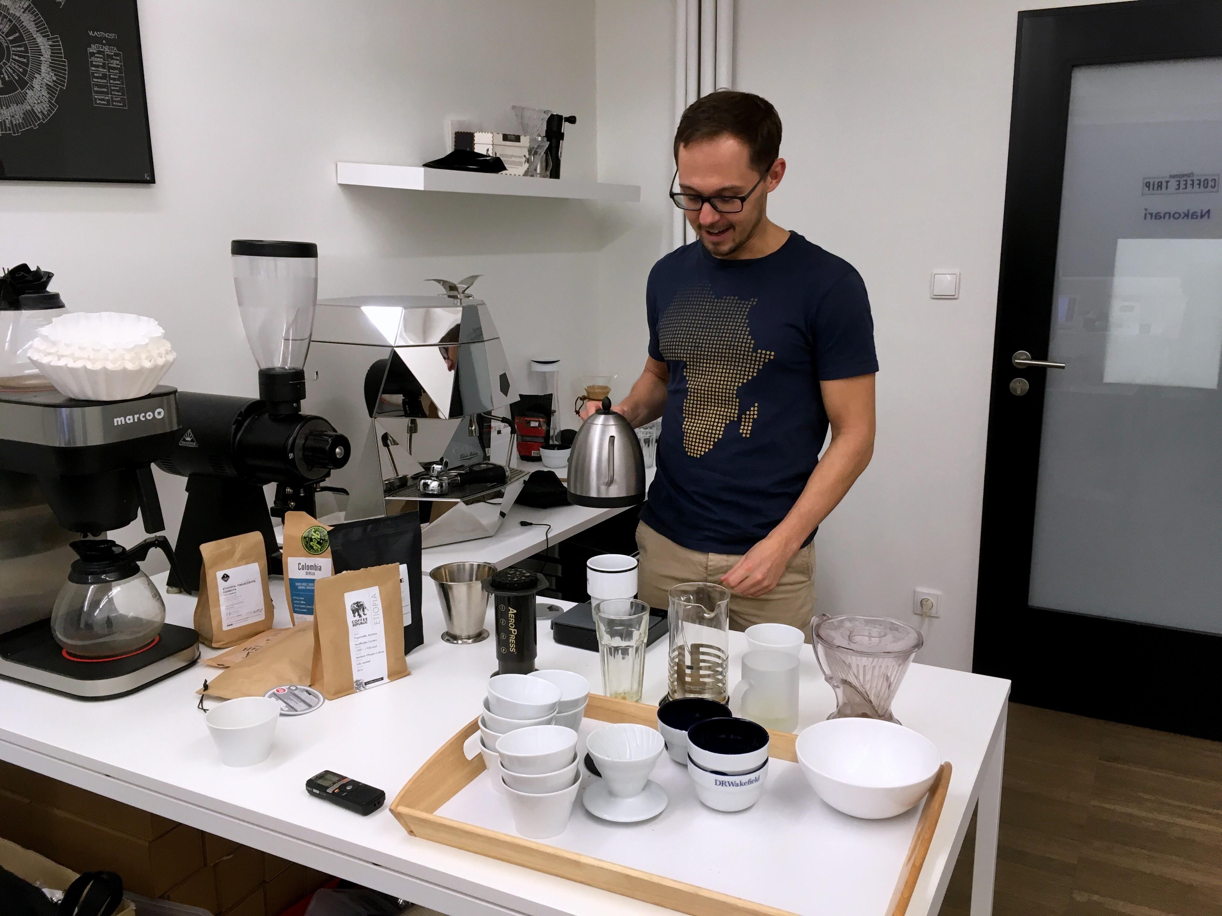 Aleš v akci. V kávové kanceláři European Coffee Trip připravuje filtrovanou kávu a dává mi rady, jak na to.