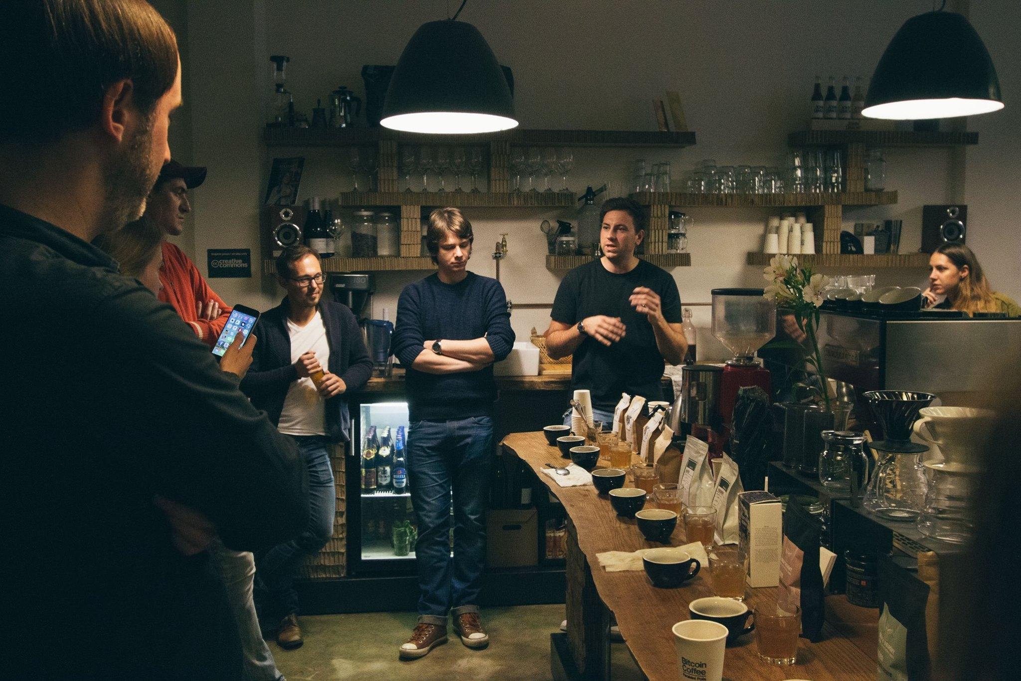 Na kávovém světě je prý zajímavé, s jakými osobami se můžete potkat. Od právníků, přes ajťáky po fotografy, kteří začali pracovat v kávovém průmyslu.